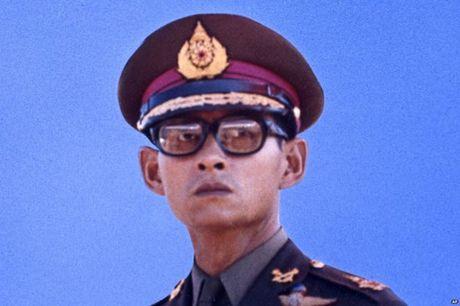 Cuoc doi cua Nha vua Thai Lan qua anh - Anh 6