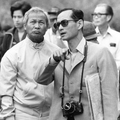 Cuoc doi cua Nha vua Thai Lan qua anh - Anh 7