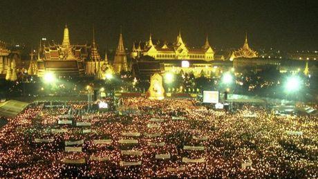 Cuoc doi cua Nha vua Thai Lan qua anh - Anh 9