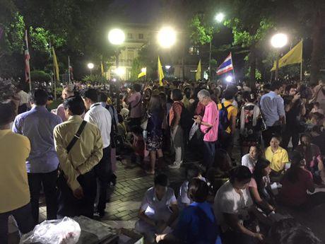 Hinh anh nguoi dan Thai Lan khoc thuong Nha Vua Bhumibol bang ha - Anh 10