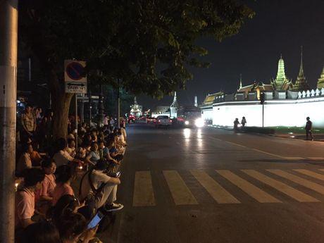Hinh anh nguoi dan Thai Lan khoc thuong Nha Vua Bhumibol bang ha - Anh 13