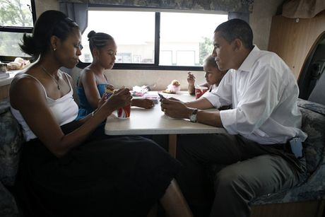 Hinh anh de nhat phu nhan My Michelle Obama an tuong va than thien - Anh 19