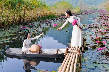 Thieu nu khoe sac xuan mon mon ben ho hoa sung - Anh 10