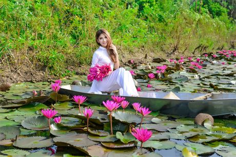 Thieu nu khoe sac xuan mon mon ben ho hoa sung - Anh 15
