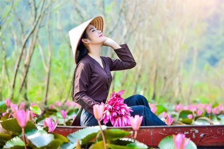 Thieu nu khoe sac xuan mon mon ben ho hoa sung - Anh 1
