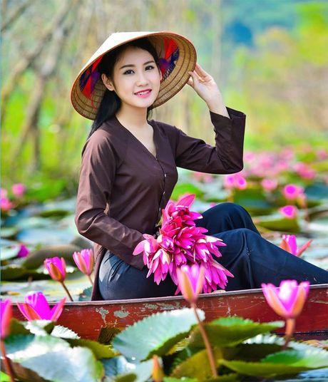 Thieu nu khoe sac xuan mon mon ben ho hoa sung - Anh 2