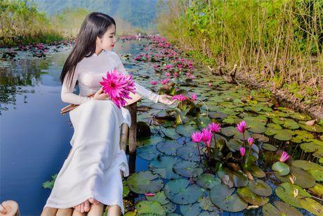 Thieu nu khoe sac xuan mon mon ben ho hoa sung - Anh 4