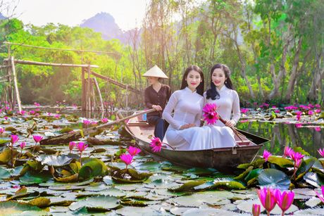 Thieu nu khoe sac xuan mon mon ben ho hoa sung - Anh 6