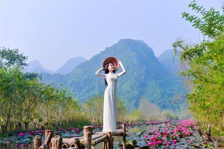 Thieu nu khoe sac xuan mon mon ben ho hoa sung - Anh 7