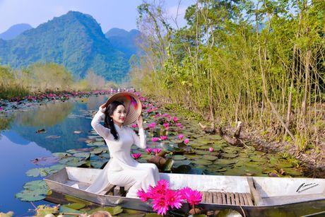 Thieu nu khoe sac xuan mon mon ben ho hoa sung - Anh 8