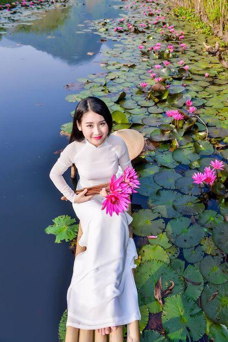 Thieu nu khoe sac xuan mon mon ben ho hoa sung - Anh 9