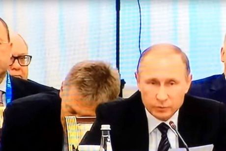 Nguoi phat ngon cua Putin ngu guc trong hop bao - Anh 1