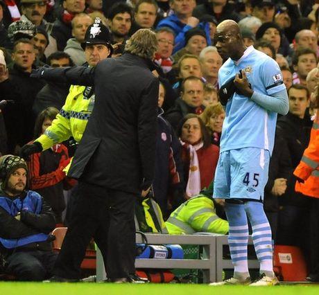 Mancini tiet lo ly do Balotelli roi Man City - Anh 3