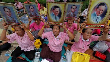 Quoc vuong bang ha, nguoi Thai xot thuong den cung cuc - Anh 1