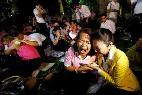 Quoc vuong bang ha, nguoi Thai xot thuong den cung cuc - Anh 2