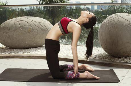 Ky Duyen khoe eo thon khi tap yoga - Anh 1
