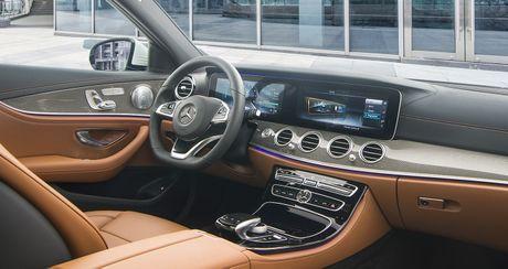 "Mercedes E-Class the he moi ""chao"" thi truong Viet, gia tu 2,099 ty dong - Anh 3"
