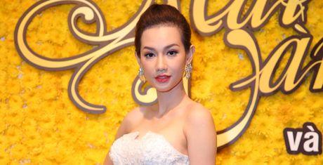 MC Quynh Chi khoe vai tran nong bong - Anh 1