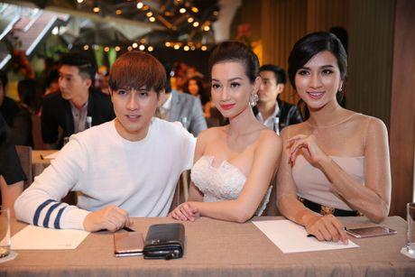 MC Quynh Chi khoe vai tran nong bong - Anh 2