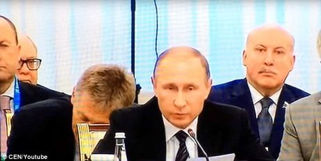 Quan chuc Nga ngu gat ngay sau lung Tong thong Putin - Anh 1