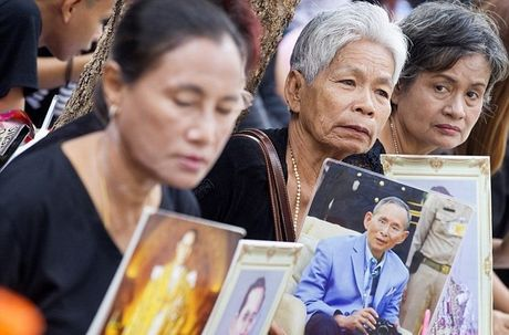 Du khach nuoc ngoai duoc canh bao truoc khi den Thai Lan trong thoi diem de tang vua Bhumibol - Anh 1