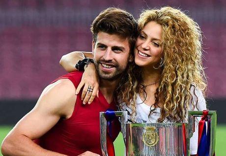 Pique dung chieu 'cua gai' co dien de lam quen Shakira - Anh 1