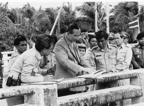 Tong thong Obama ca ngoi Quoc vuong Thai Lan la 'nha vo dich khong met moi' - Anh 3