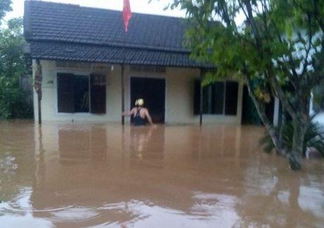 Quang Tri: Nuoc ngap den co, mot so nha dan da duoc so tan - Anh 4