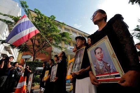 Nguoi dan Thai Lan mat do hoe, xep hang dai cho vieng Quoc vuong Bhumibol - Anh 10
