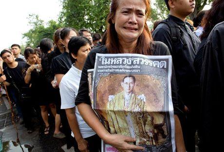 Nguoi dan Thai Lan mat do hoe, xep hang dai cho vieng Quoc vuong Bhumibol - Anh 1