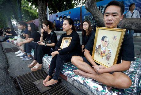 Nguoi dan Thai Lan mat do hoe, xep hang dai cho vieng Quoc vuong Bhumibol - Anh 3