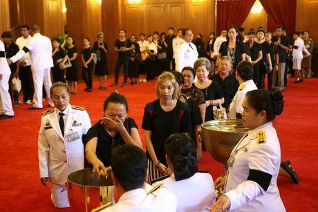 Nguoi dan Thai Lan mat do hoe, xep hang dai cho vieng Quoc vuong Bhumibol - Anh 6