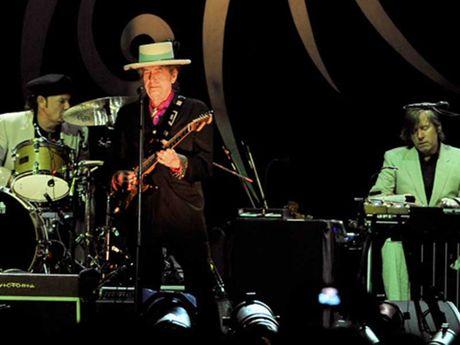 Ca si Bob Dylan doat Nobel van hoc - Anh 1