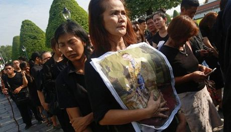 Nguoi Thai xep hang dai cho tien biet Quoc vuong - Anh 6