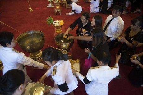 De tang Vua Thai Lan 1 nam, treo co ru 1 thang - Anh 6