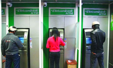 Nhieu the ATM cua khach hang Vietcombank bi khoa - Anh 1