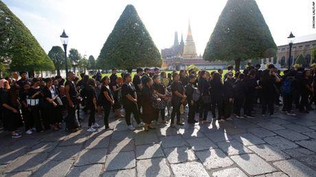 Nguoi dan Thai Lan cho ruoc linh cuu Vua Bhumibol ve Hoang cung - Anh 4