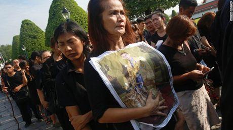Nguoi dan Thai Lan cho ruoc linh cuu Vua Bhumibol ve Hoang cung - Anh 5