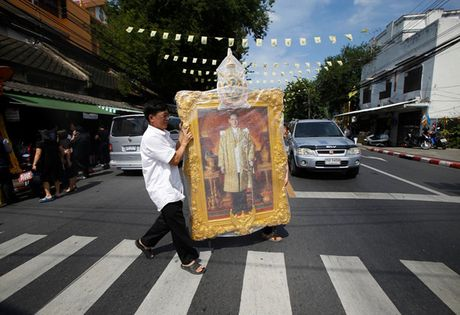 Nguoi dan Thai Lan cho ruoc linh cuu Vua Bhumibol ve Hoang cung - Anh 8