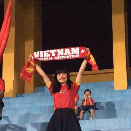 Co gai xu Nghe khien 'chang lun' U19 Viet Nam sieu long - Anh 2