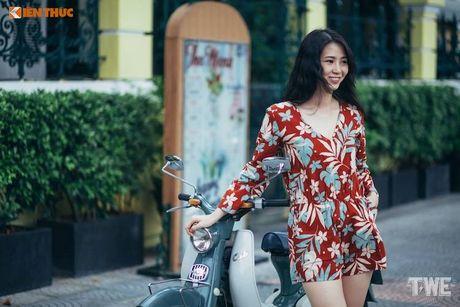 Kieu nu Viet 'tha dang' ben Honda Super Cub C100 - Anh 3
