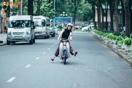 Kieu nu Viet 'tha dang' ben Honda Super Cub C100 - Anh 7