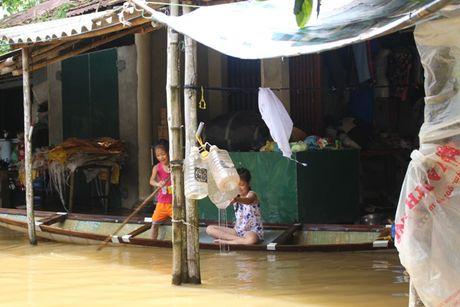 Thua Thien-Hue: Giao thong chia cat, nguoi dan di lai bang thuyen - Anh 5