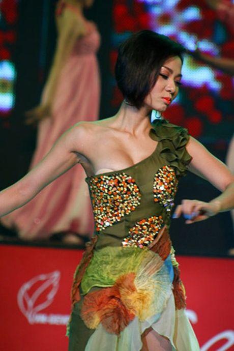 Nhung bo trang phuc 'phan chu' khien sao Viet muoi mat tren san khau - Anh 11