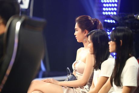 Ngoc Trinh lap lo vong 1 khi di xem gameshow - Anh 6