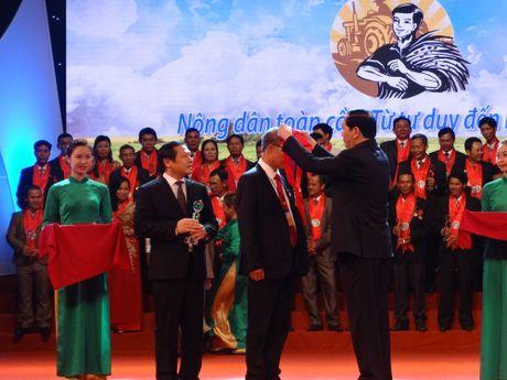 Chu tich nuoc trao danh hieu Nong dan Viet Nam xuat sac nam 2016 - Anh 1