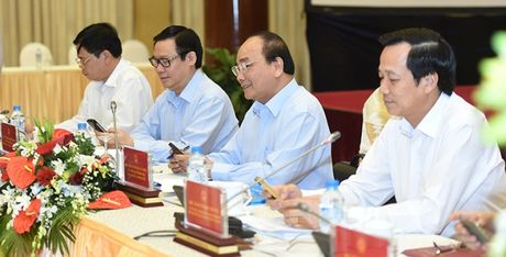Thu tuong Nguyen Xuan Phuc nhan tin ung ho nguoi ngheo - Anh 1