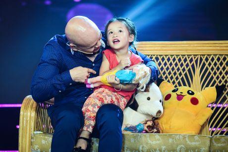 Con gai cua Phan Dinh Tung dang yeu khi cung cha di dien - Anh 4