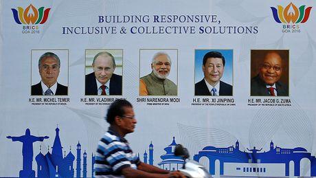Cuoc chien truyen thong ben le Hoi nghi BRICS - Anh 1