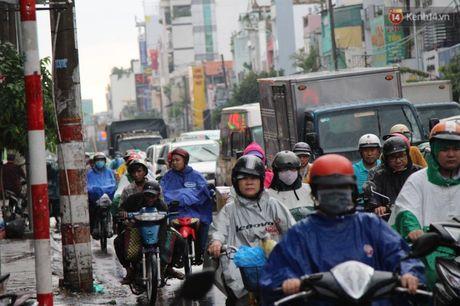 Va cham lien hoan, hang tram phuong tien ket cung trong con mua chieu o Sai Gon - Anh 2